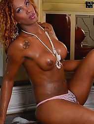 Black beauty Mirella plays in bath