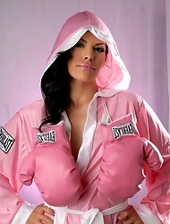 Transsexual babe Foxxy posing as a hot boxer
